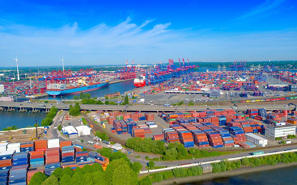 Luftbild Hafen Hamburg - Conrainer Schiff Drohne